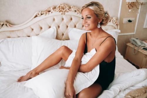 ベッドの上でくつろぐ下着姿の女性